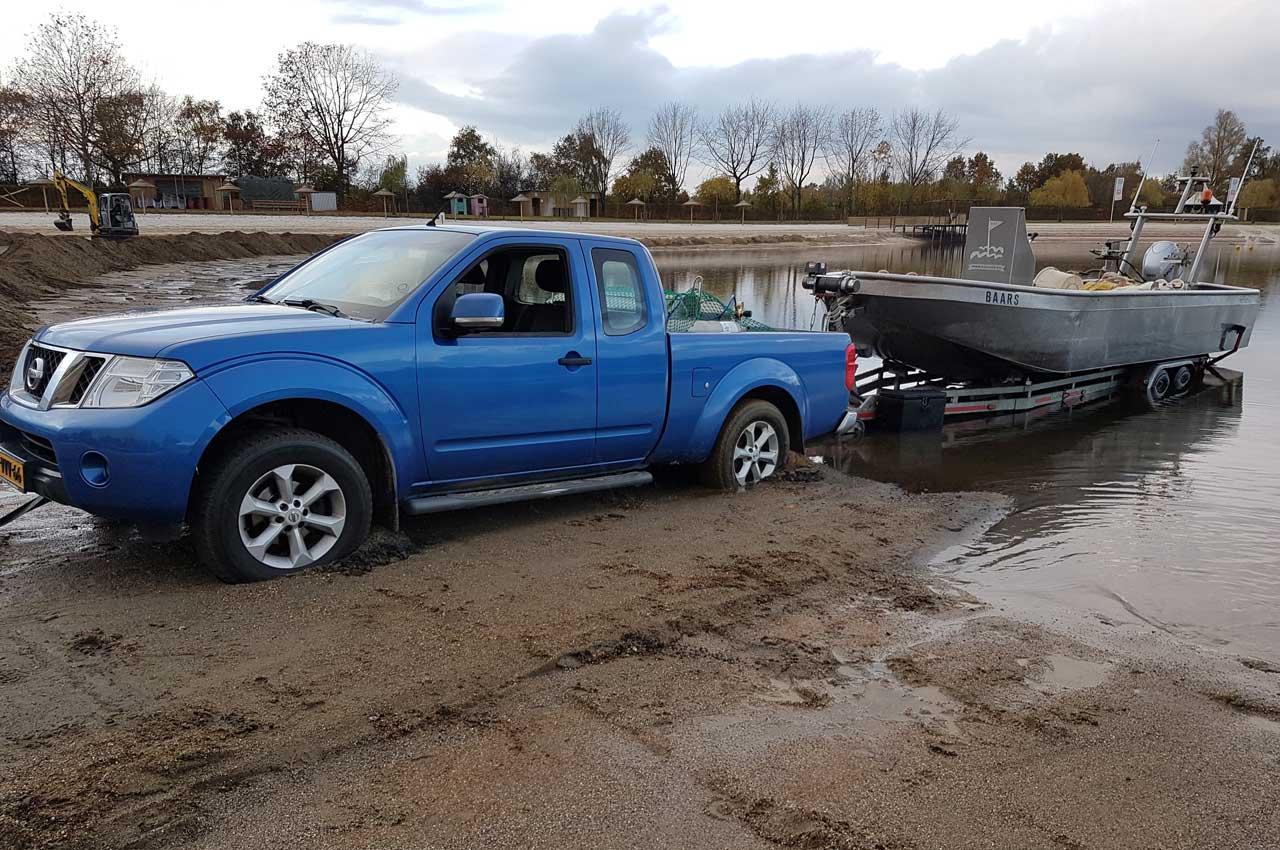 De aluminiumboot in het water lossen | Kooistra Visserij