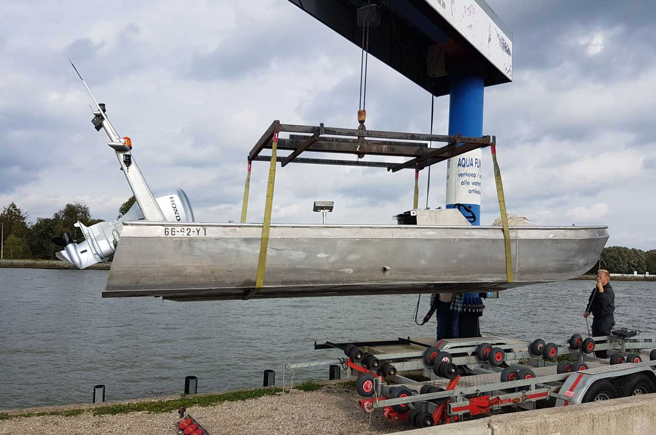 De aluminiumboot lossen in het water | Kooistra Visserij