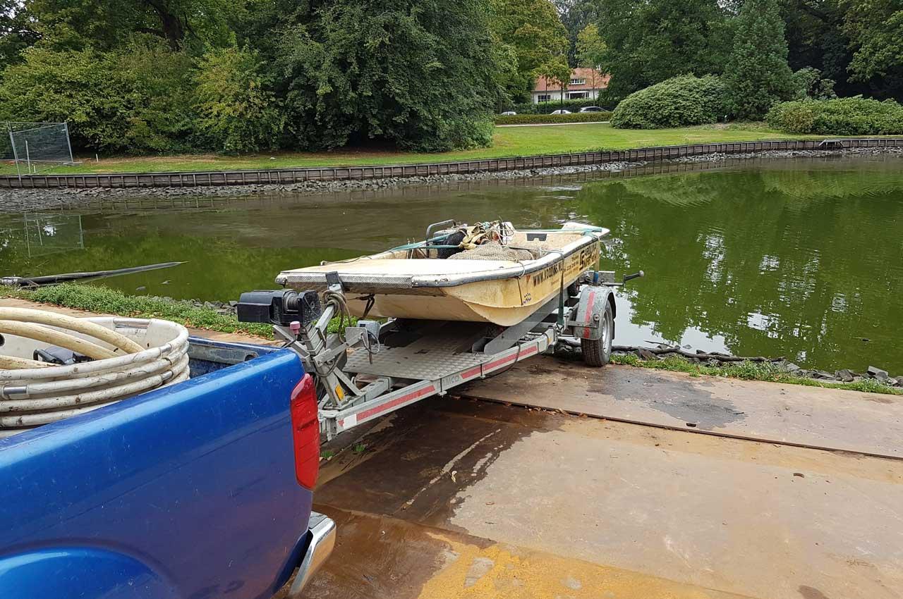 De boot lossen in het water | Kooistra Visserij