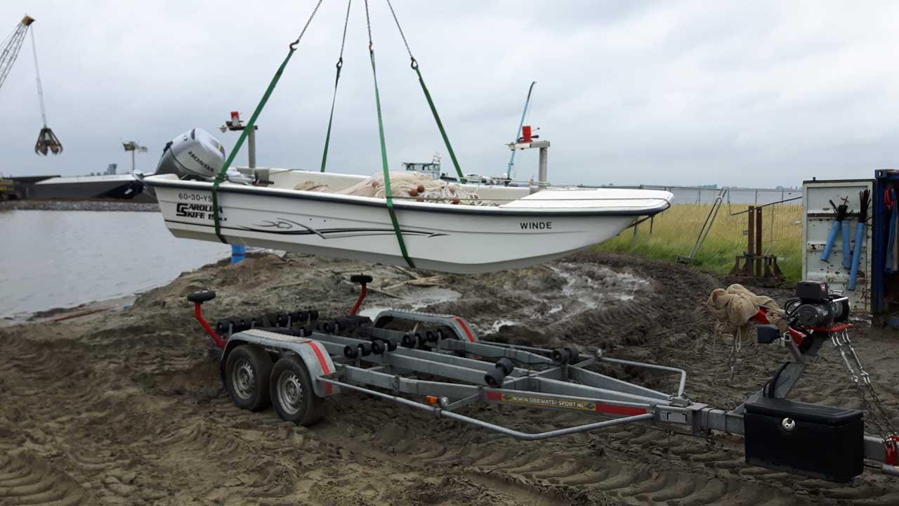 De kunststofboot lossen in het water | Kooistra Visserij